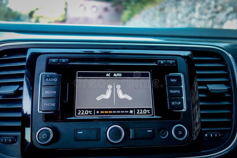 Control de las salidas de aire y de climatizador dentro del coche del cupé fotos de archivo libres de regalías