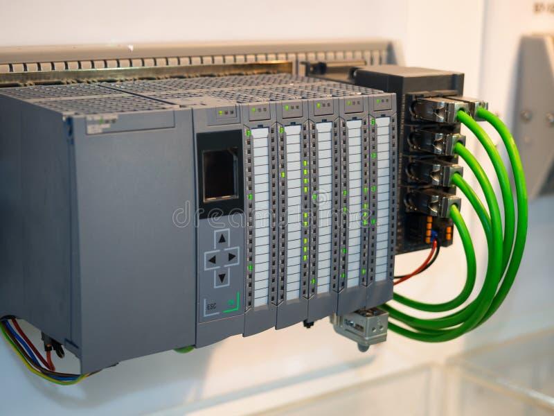 Control de máquina industrial de alta tecnología por el registro de programación del PLC foto de archivo libre de regalías