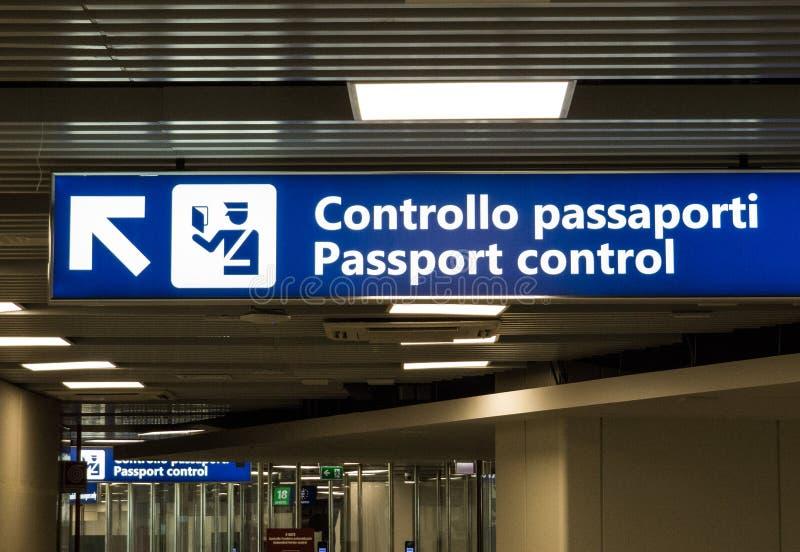 Control de pasaportes imagenes de archivo