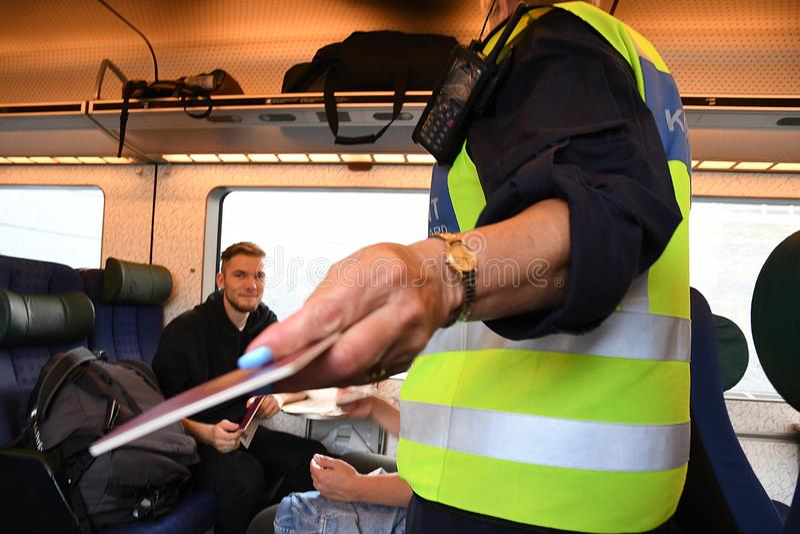 CONTROL DE PASAPORTES SUECO EN HYLLIE_SWEDEN foto de archivo