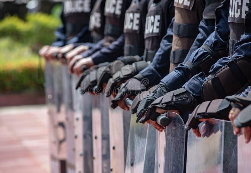 Control de policía antidisturbios la muchedumbre foto de archivo