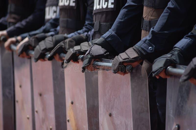 Control de policía antidisturbios la muchedumbre imagen de archivo libre de regalías
