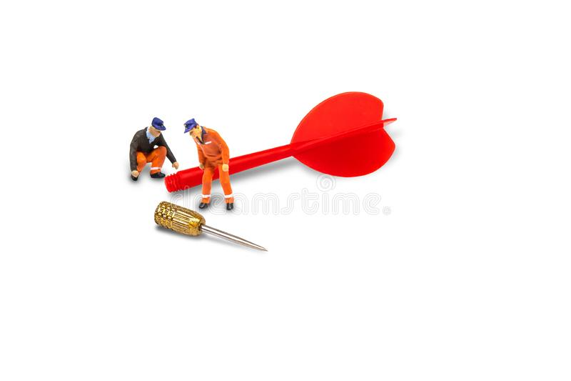 Control de trabajo del reparador del trabajador de construcción y dardo rojo de la reparación roto puesto en la diana aislada e fotografía de archivo libre de regalías