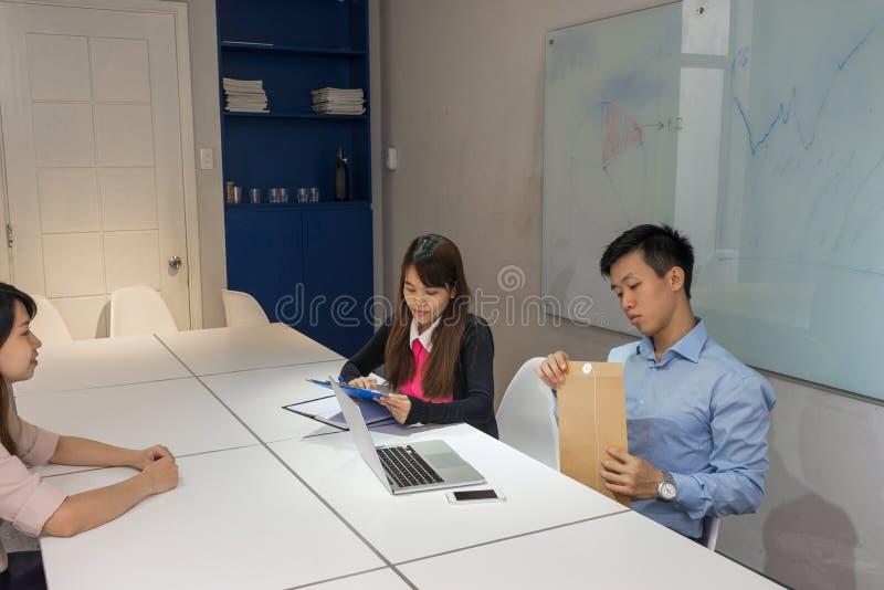 Control del entrevistador el CV y la carta de presentación del candidato foto de archivo