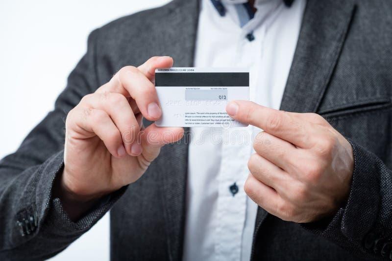 Control del hombre del número de código secreto de la seguridad de la tarjeta de crédito imagen de archivo libre de regalías