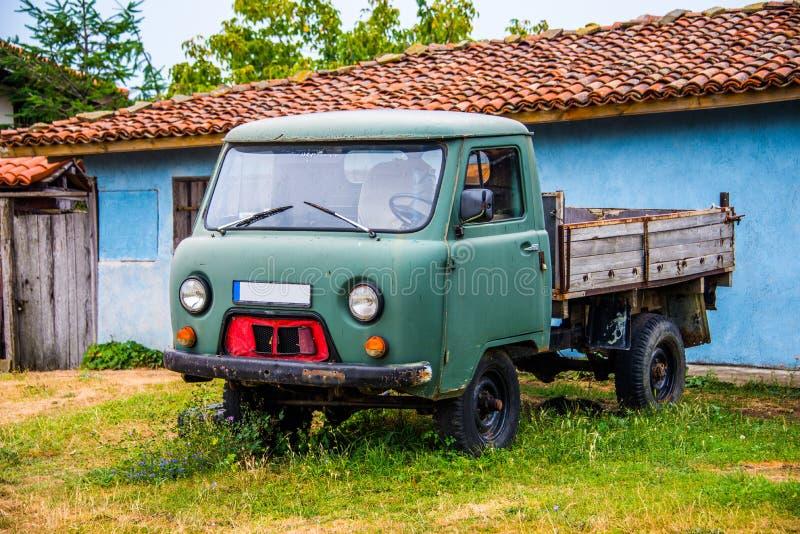Control delantero del jeep en hierba delante de una casa fotos de archivo