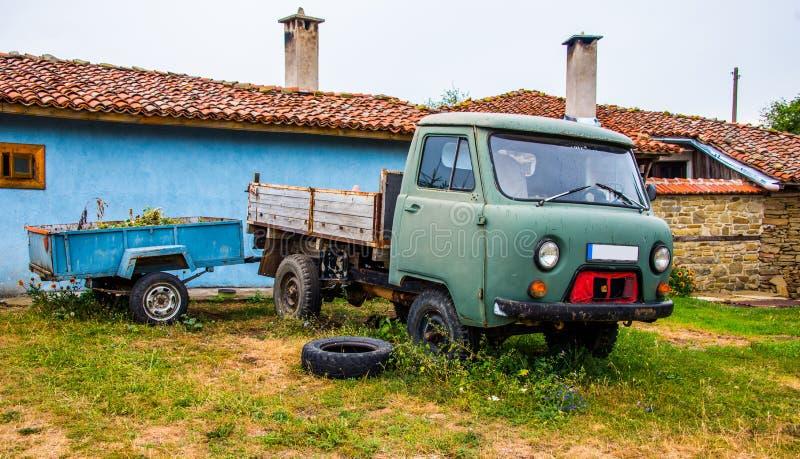 Control delantero del jeep en hierba delante de una casa fotos de archivo libres de regalías