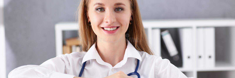 Control femenino rubio sonriente hermoso del doctor imagenes de archivo