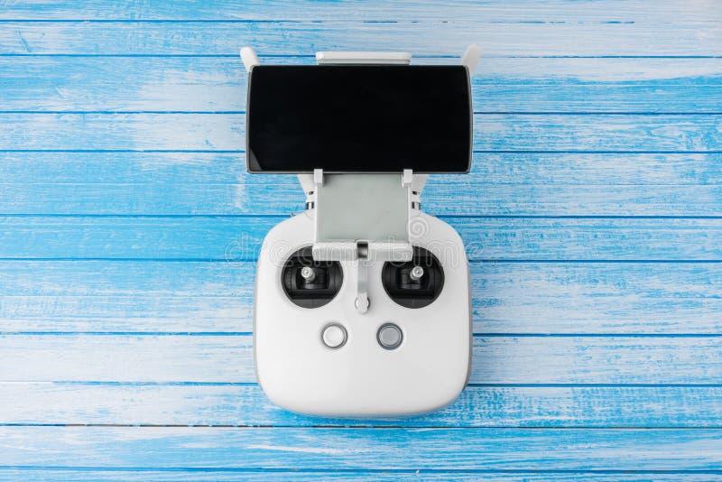 Control remoto blanco de alta tecnología moderno With Smart Phone del abejón fotos de archivo libres de regalías