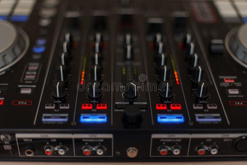 Controlador audio Misturador para o DJ foto de stock