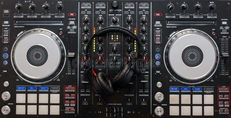 Controlador de mistura audio com fones de ouvido profissionais Níveis análogos fotografia de stock