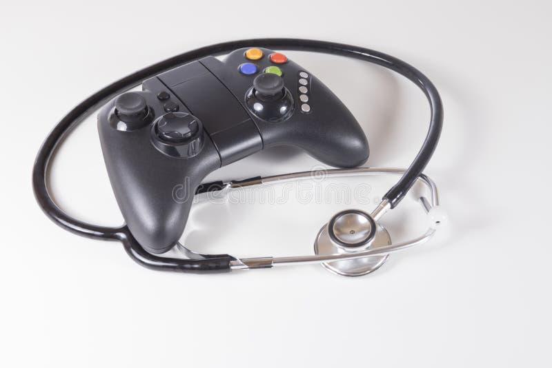 Controlador do jogo e estetoscópio pretos dos doutores imagem de stock royalty free