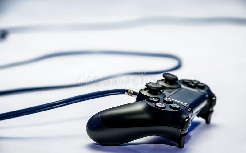Controlador do Play Station PS4 em um contador imagens de stock