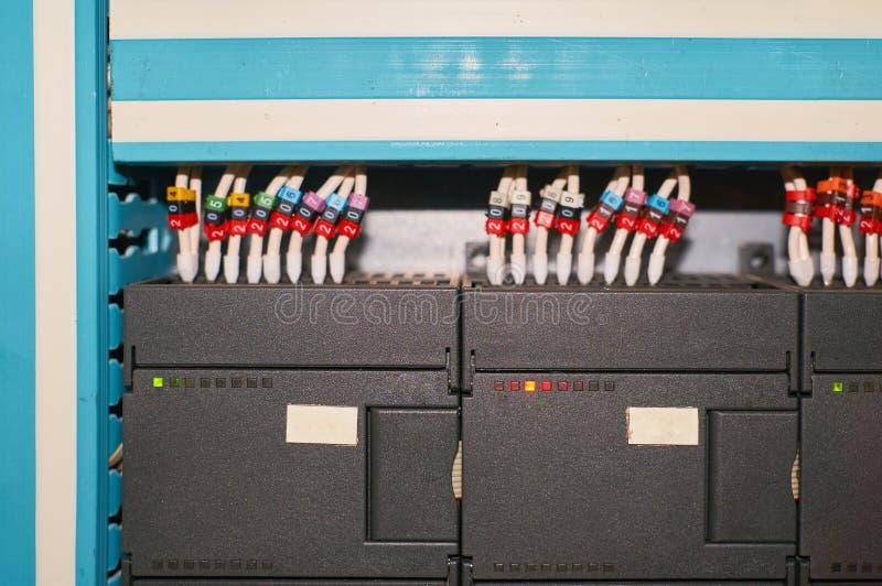Controlador preto com fios numerados coloridos conectados fotos de stock royalty free