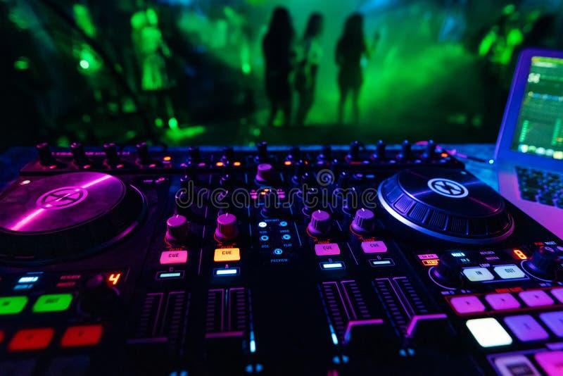 Controlador profissional do misturador do DJ para a m?sica de mistura em um clube noturno foto de stock