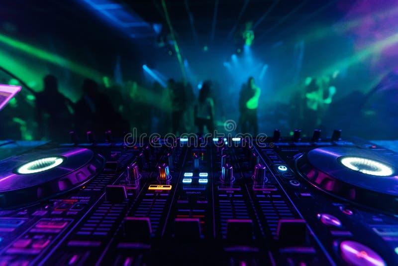 Controlador profissional do misturador do DJ para a m?sica de mistura em um clube noturno fotografia de stock