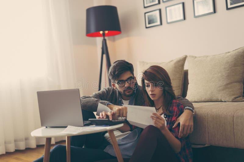 Controlando o orçamento de família imagens de stock