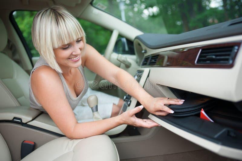 Controlar el departamento del guante en el coche fotos de archivo