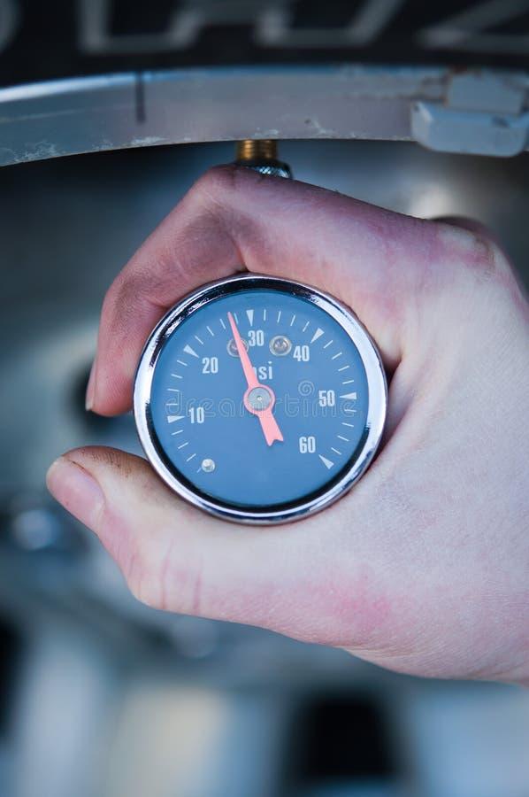 Controlar la presión de neumático imágenes de archivo libres de regalías