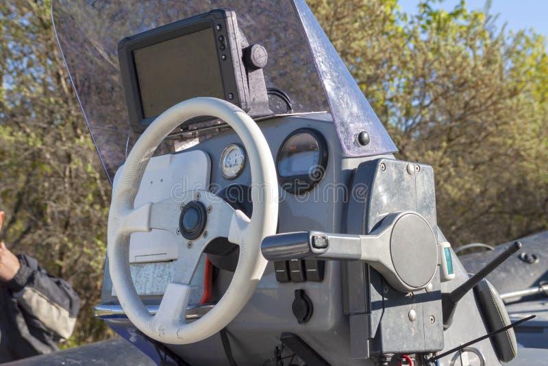 Controlar un pequeño bote de PVC inflable Cierre foto de archivo libre de regalías