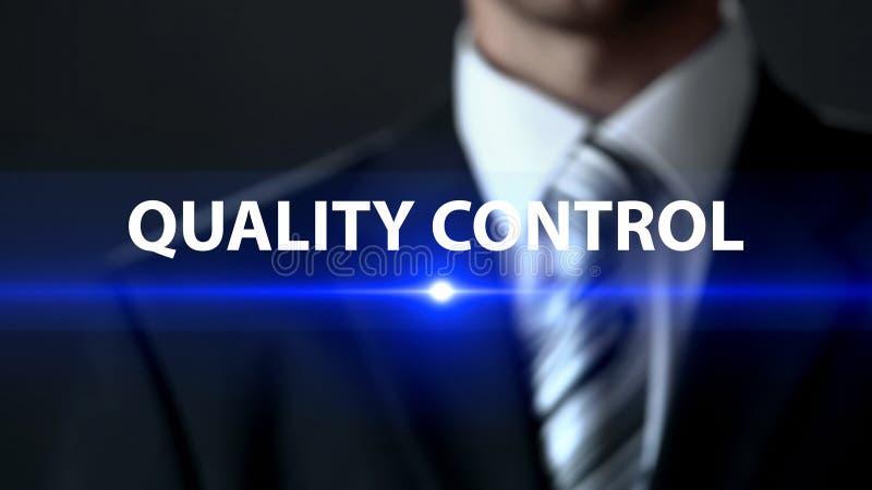 Controle da qualidade, homem de negócios na frente da tela, fabricação segura, verificação fotos de stock royalty free