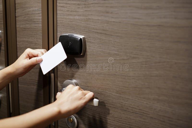 Controle de acesso da porta com um cartão chave de introdução da mão para destravar o doo imagem de stock
