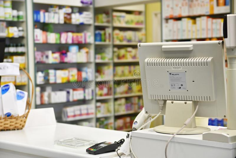 Controle de apotheek Binnenlandse apotheken en vage achtergrond stock foto