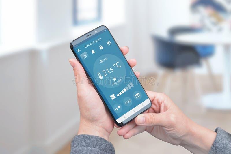 Controle de calor na casa com o app simples no telefone para o controlo a distância dos condicionadores de ar imagem de stock royalty free
