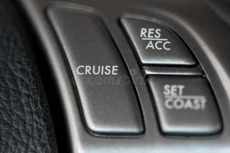 Controle de cruzeiro na roda de direcção fotografia de stock royalty free