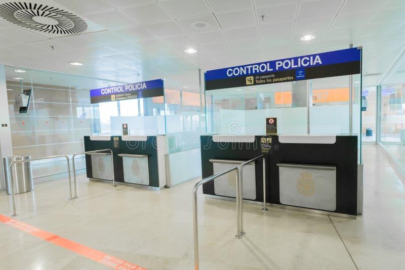 Controle de polícia no aeroporto de Barajas do Madri, Espanha foto de stock royalty free