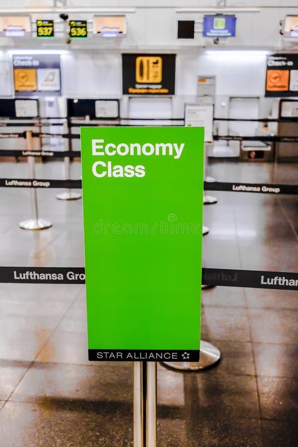 Download Controle De Uit De Toeristenklasse Van Lufthansa In Madrid Redactionele Foto - Afbeelding bestaande uit technologie, luchtvaartlijn: 107700856