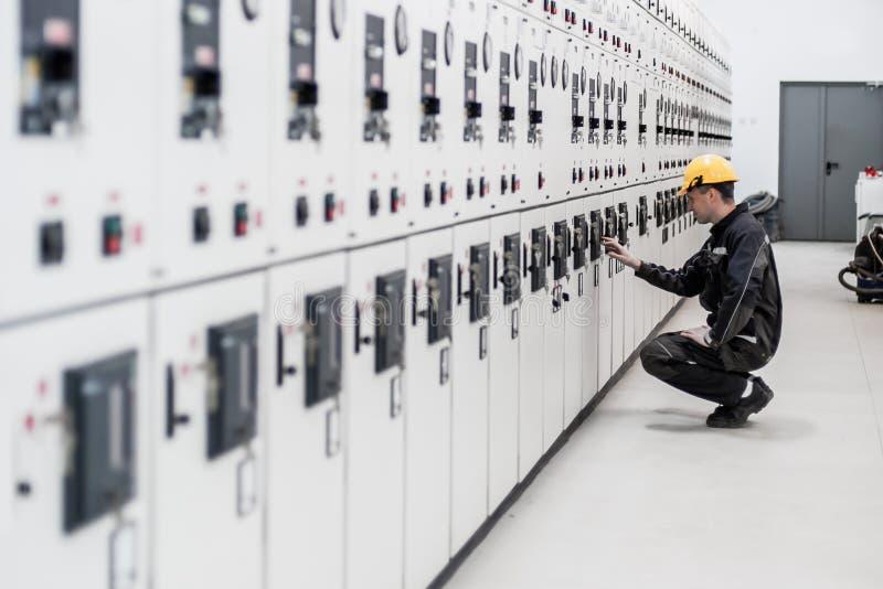 Controle do switchgear e da baía da tensão dos testes do coordenador da manutenção foto de stock
