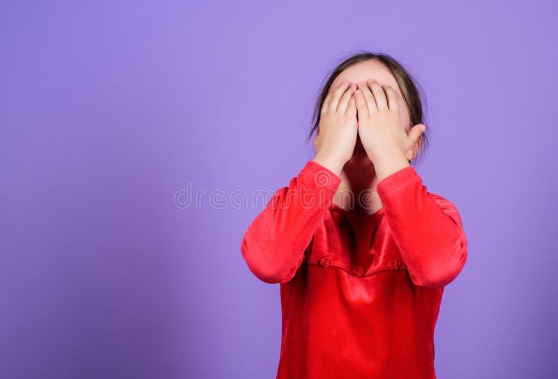 Controle emocional perdido Express?o emocional da cara da crian?a pequena da menina Quase louco Conceito desencadeado das emo??es fotografia de stock