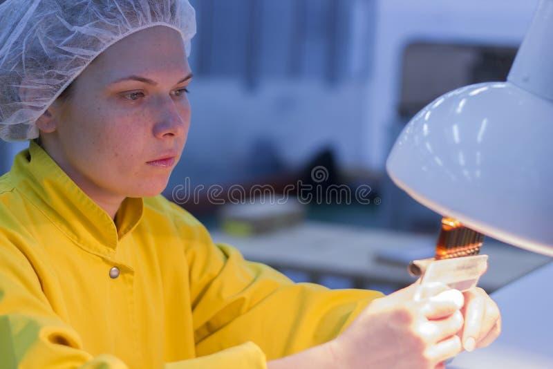 Controle fêmea LabTechnologist da qualidade que guarda ampolas fotos de stock royalty free
