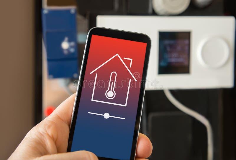 Controle het slimme huis verwarmen stock fotografie