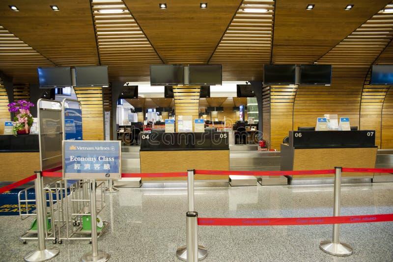 Controle in tegen wachtende lijn in luchthaven stock foto