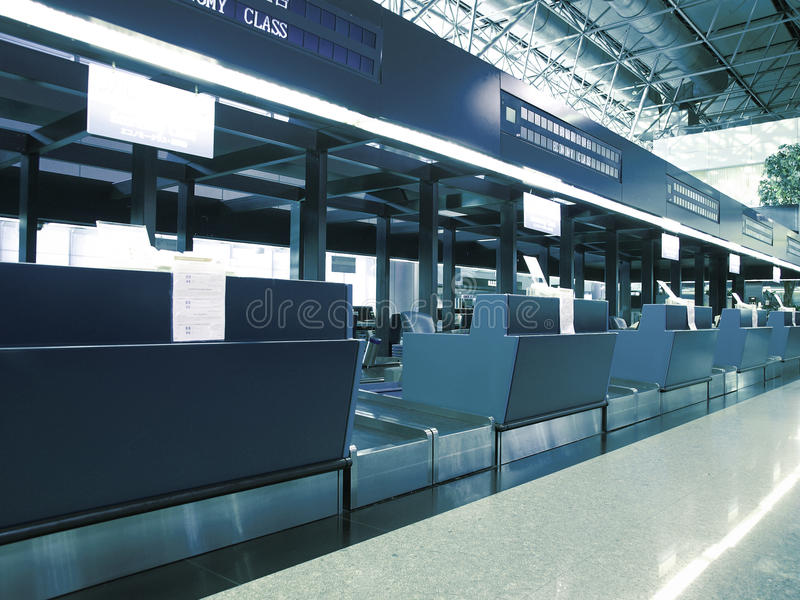 Controle in teller in luchthaven stock afbeelding