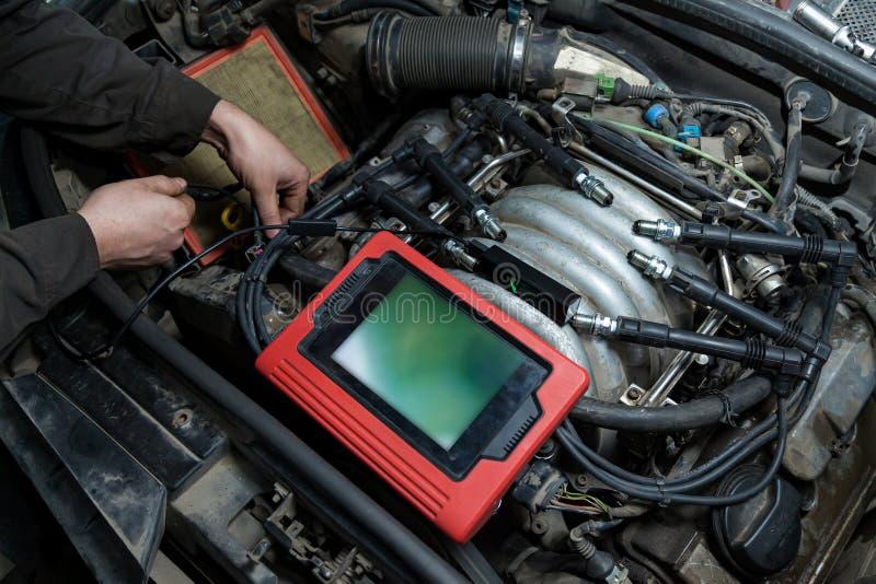 Controle van de toestand van het oppervlak van de motorcilinders met behulp van een endoscoopcamera met een draadloos beeldscherm royalty-vrije stock afbeelding
