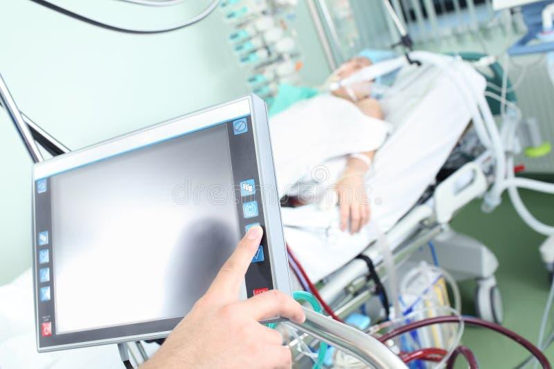 Controle van modern medisch hulpmiddel in het ziekenhuisafdeling stock foto