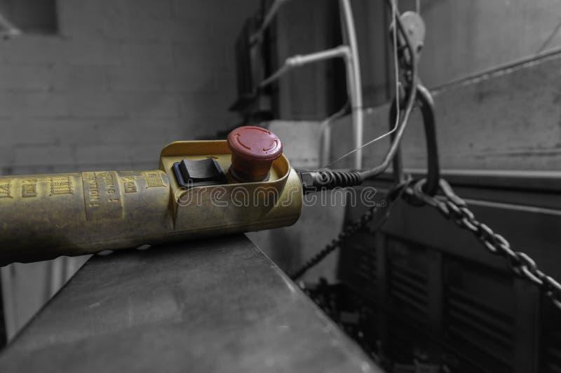 Controle voor een binnenkraanhijstoestel in een fabrieksworkshop stock afbeeldingen