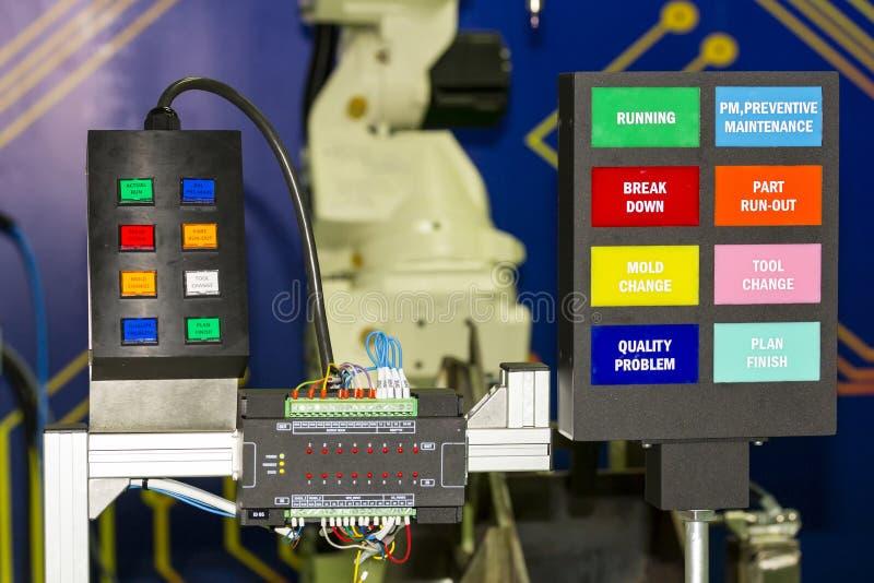Controlebord elektro met plc controlemechanismemateriaal op workshop stock fotografie