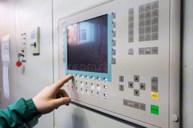 Controlebord op fabriek Warmtewisselaar, machine en pomp in het bedrijf royalty-vrije stock afbeelding