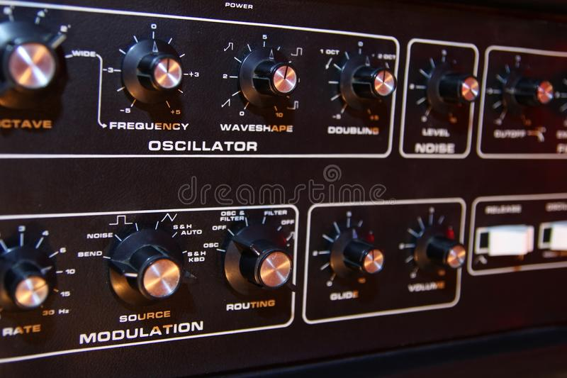 Controlebord van een retro uitstekende elektronische muziek synth stock fotografie