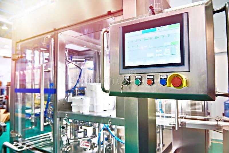 Controlebordmonitor op transportband bij voedselfabriek voor verpakking royalty-vrije stock foto's
