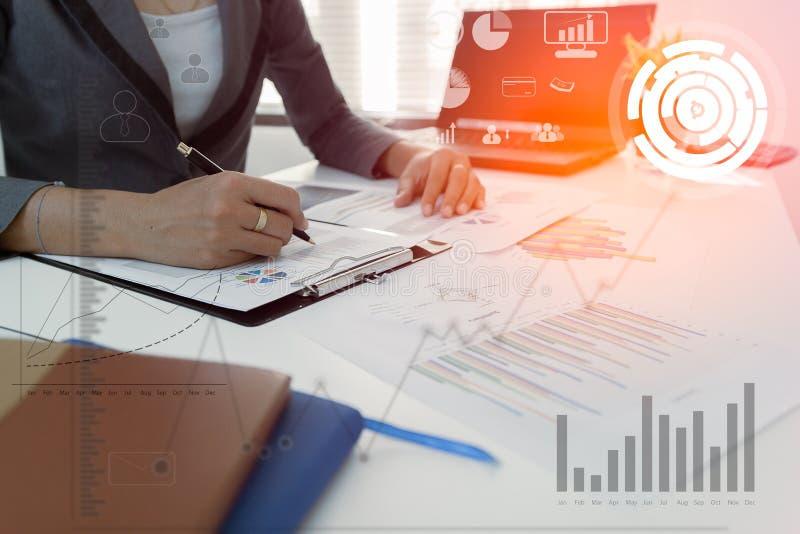 Controleconcept, Bedrijfsmensen financieel marketing rapport, het berekenen saldo De dienst die document controleren stock foto