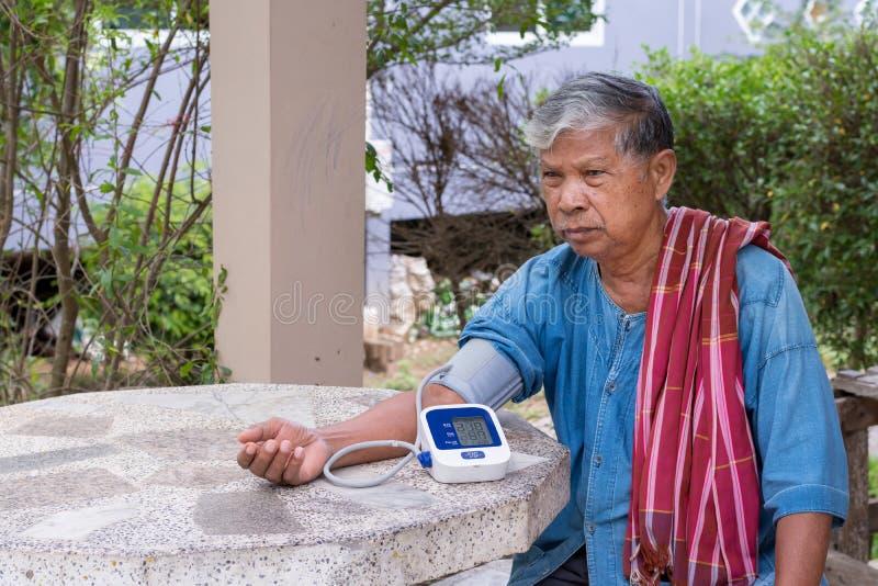 Controleer de bloeddruk en het harttarief bejaarden goede gezondheid royalty-vrije stock fotografie