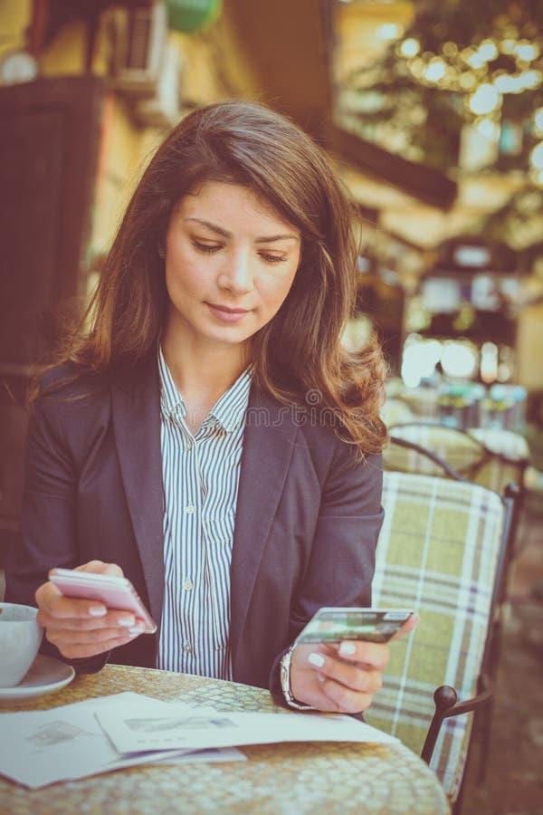 Controlefinanciën op slimme telefoon app royalty-vrije stock afbeeldingen