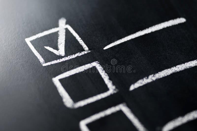 Controlelijst op bord macro dichte omhooggaand Document van gebeëindigde het werkplichten en verantwoordelijkheden Agenda en voor royalty-vrije stock foto's
