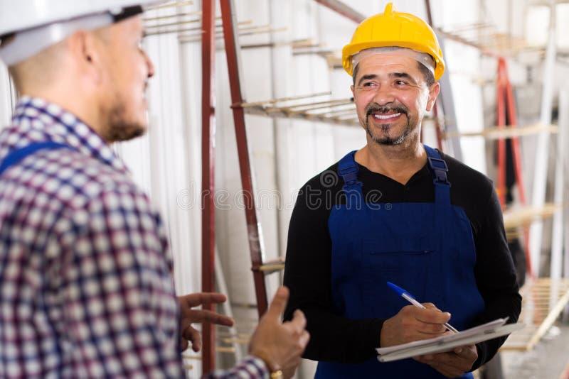 Controlemechanisme die contract aanbieden aan werknemer royalty-vrije stock fotografie