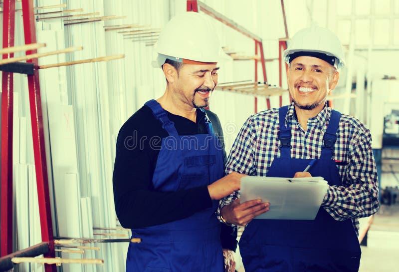 Controlemechanisme die contract aanbieden aan werknemer stock afbeelding
